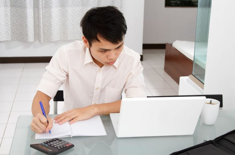 24 easy ways to save money at college